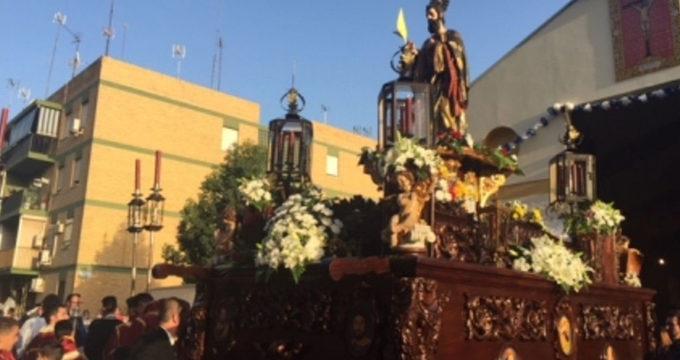 La imagen de San Mateo procesiona por las calles de Alcalá de Guadaíra