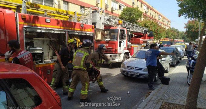 Los bomberos rescatan a una anciana de un incendio en su vivienda en Sevilla capital