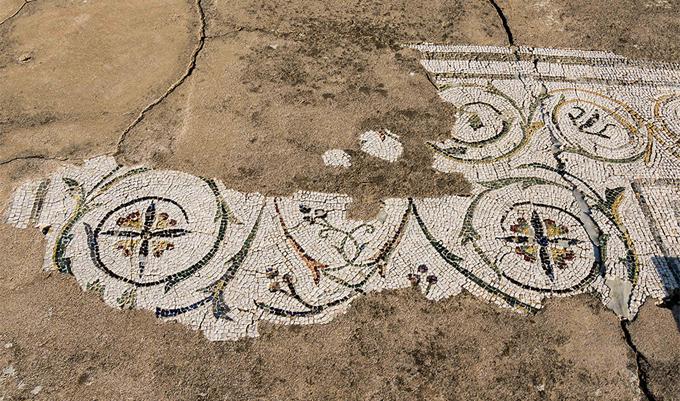 El estado de conservación de los mosaicos hace urgente su intervención de restauración..