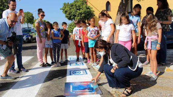 Espartinas pinta sus pasos de peatones con pictogramas para mejorar la seguridad de personas con autismo