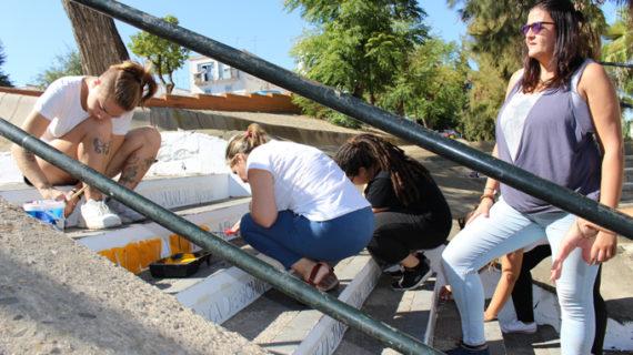 Jóvenes de San Juan decoran con nombres de libros la escalera del IES Sotero Hernández