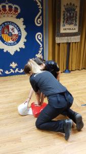 La Policía está formada en técnicas de primeros auxilios.