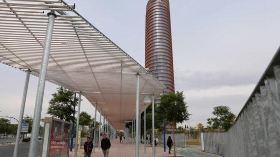 La reurbanización del entorno de Torre Sevilla se completa con una nueva pérgola