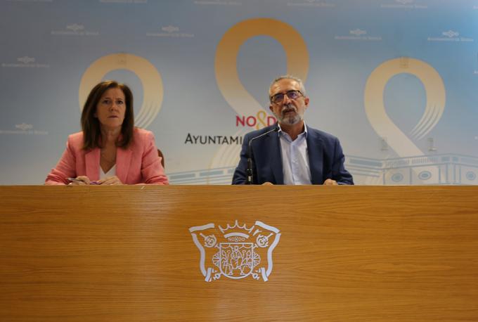 Emilia Barroso y Juan Manuel Flores en rueda de prensa.