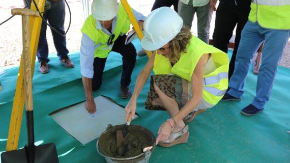 Lora del Río coloca la primera piedra de su almazara ecológica bioclimática, pionera en el mundo