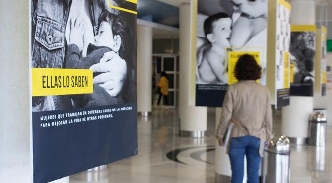 Una exposición fotográfica de profesionales del Virgen del Rocío anima a la lactancia materna