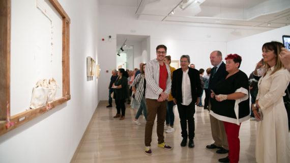 Antonio Gracia llena de su personal luz la Sala de la Provincia con la exposición 'Volátil'