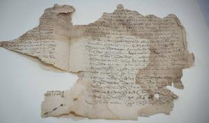 El testamento de Magallanes es un bifolio irregular en papel artesanal manuscrito por ambas caras.