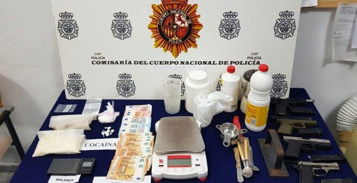 Detenido por traficar con drogas y tener cuatro pistolas en su casa