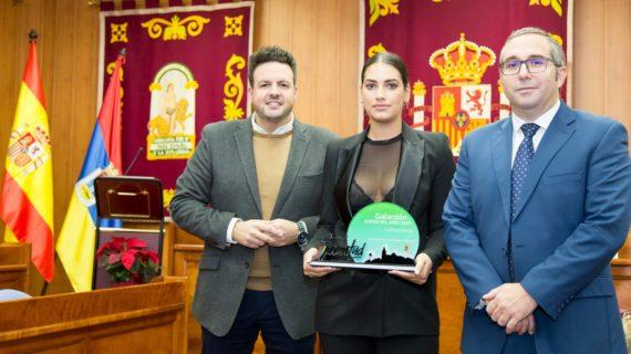 La modelo internacional Lorena Durán recibe el Galardón Joven del año 2019 en su pueblo natal