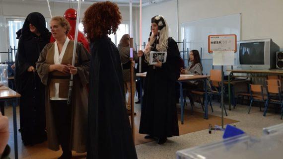 Un grupo de fans de Star Wars acude a votar en Triana 'acompañados de la fuerza'