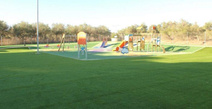 Gines sustituye el albero por césped artificial en el entorno de los juegos infantiles del Parque Manolo Pérez