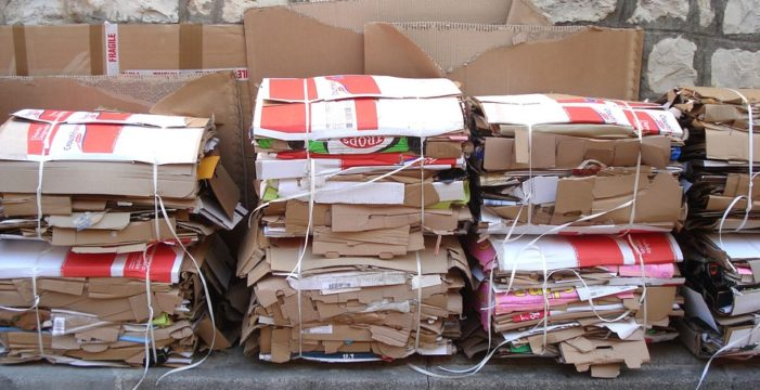 La Puebla pone en práctica la recogida de cartón puerta a puerta en comercios