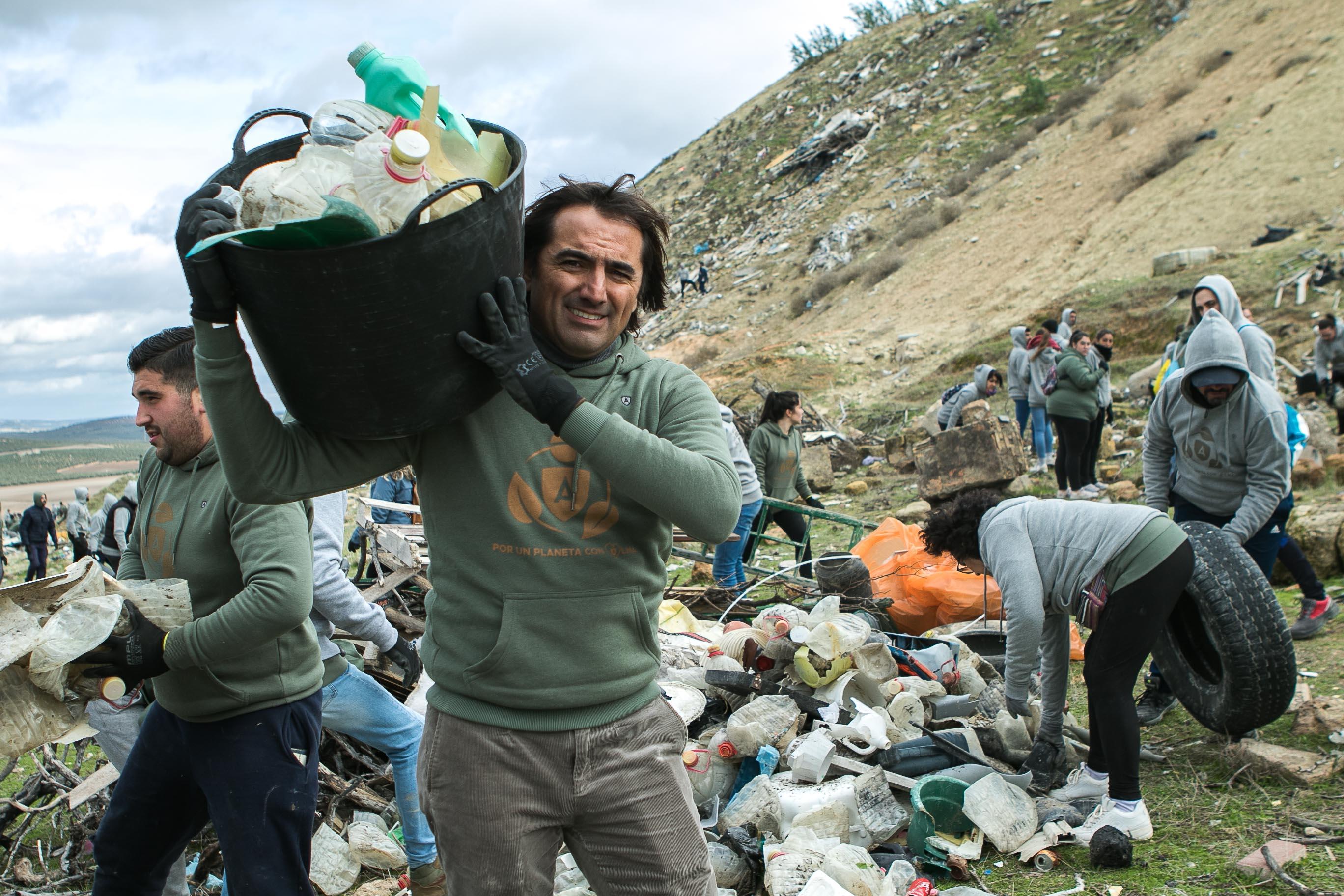 Más de 500 voluntarios retiran 30.000 kilos de residuos del paraje La Quintaen Osuna