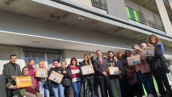Los primeros adjudicatarios de los 32 alojamientos cooperativos de Emvisesa en Sevilla Este reciben las llaves