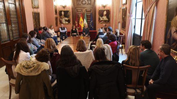 Sevilla presenta un nuevo programa laboral basado en itinerarios formativos para 2.340 desempleados