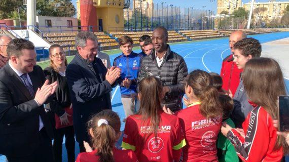 Centenares de atletas se reúnen con Michael Johnson en el XX aniversario de su récord del mundo de Sevilla 99