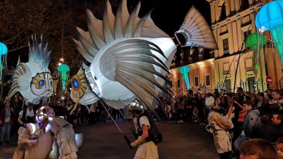El pasacalles 'Abismos' llena el centro de Sevilla en Navidad