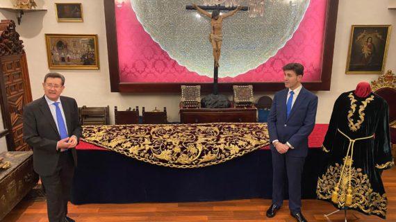 La Hermandad de Pasión recupera la antigua túnica y mantolín de salida de San Juan Evangelista