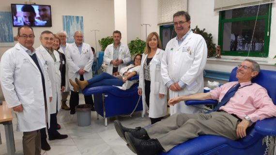 Profesionales del Virgen del Rocío participan en la campaña navideña de donación de sangre