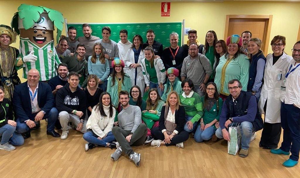 Los niños del hospital de Valme reciben la tradicional visita verdiblanca con Joaquín a la cabeza