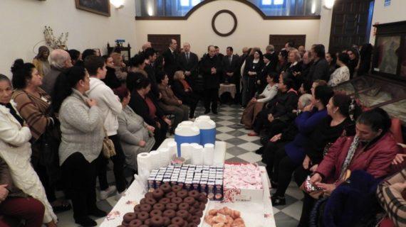 El Consejo de Hermandades de Sevilla entrega a 63 familias del Polígono Sur cestas navideñas
