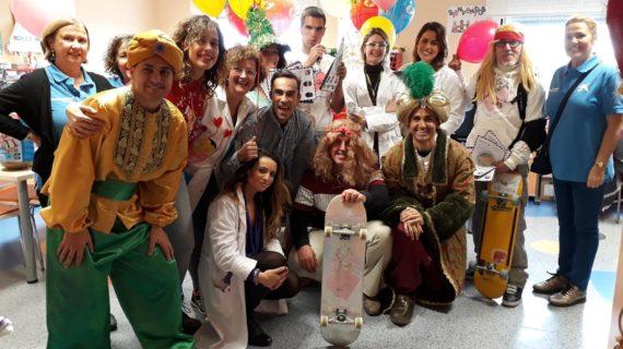 La Caravana de la Salud visita el Valme para compartir la Navidad con los pequeños hospitalizados