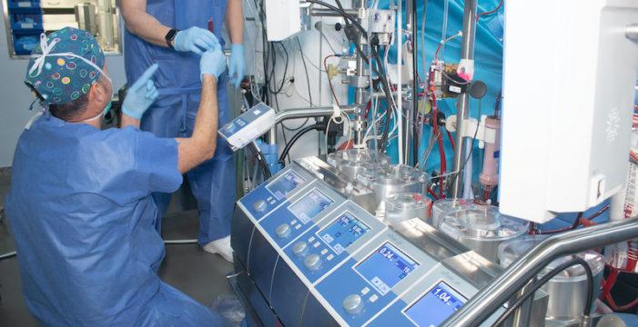 El Virgen del Rocío destaca la inclusión de personal de laboratorio en quirófanos para reducir transfusiones y aumenta la seguridad del paciente