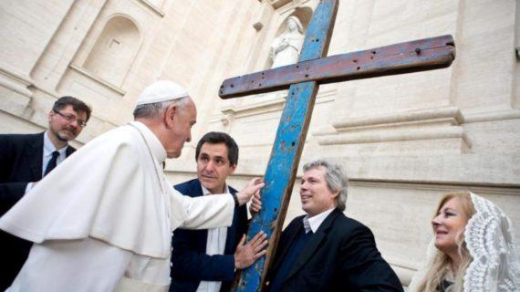Sevilla acoge la Cruz de Lampedusa, hecha con trozos de pateras naufragadas en el Mediterráneo