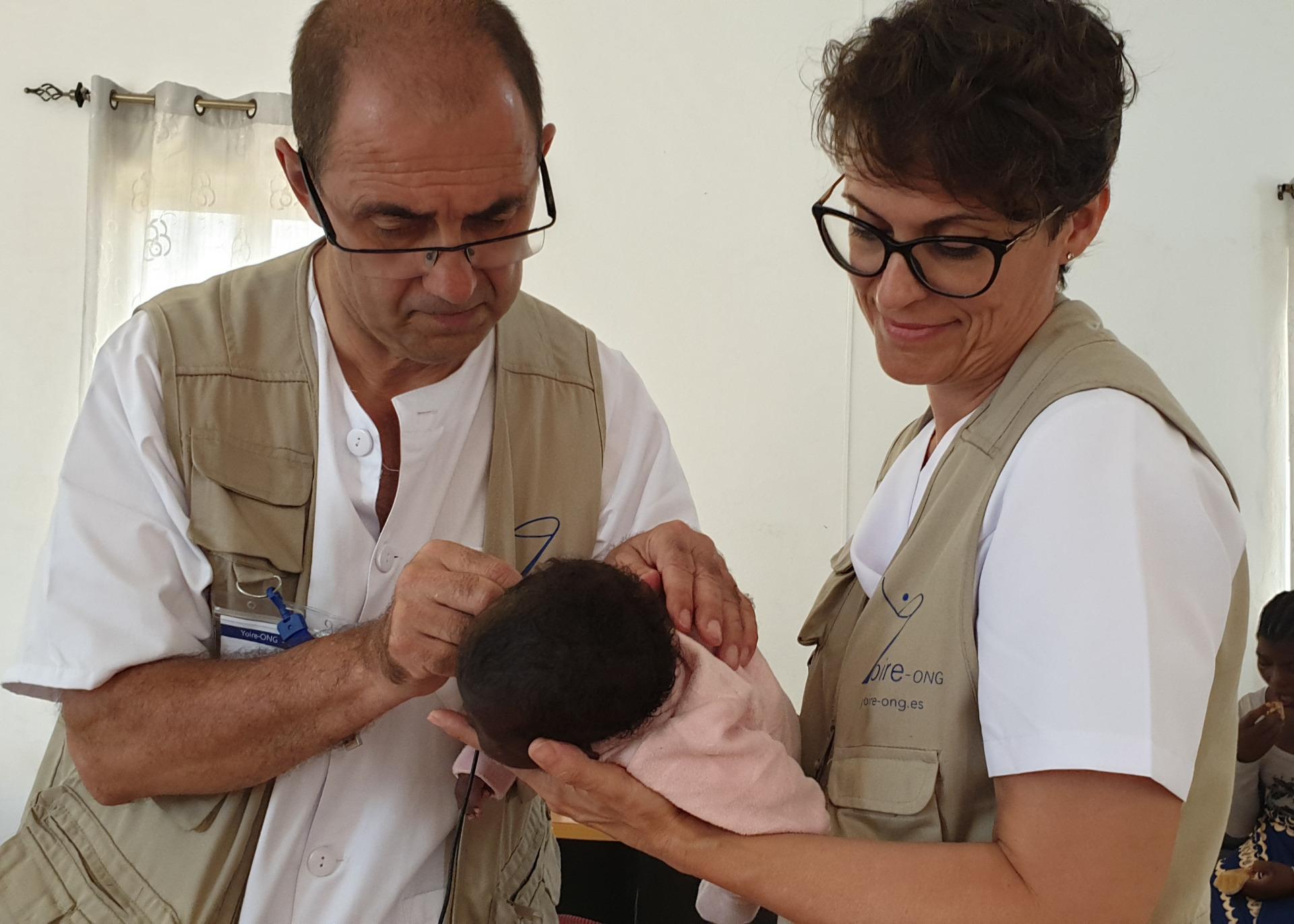 Un otorrino del Valme inicia en Mozambique el primer programa de cribado auditivo neonatal de este país