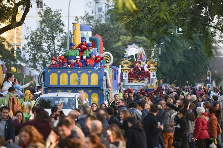 Más de 6.500 personas, 144 carrozas y 26.000 kilos de caramelos para las 22 cabalgatas de Reyes de los barrios