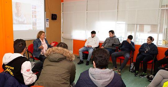 La coach Sara Cobos ayuda a motivarse a estudiantes de Sanlúcar la Mayor