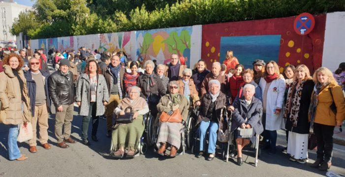 Escolares y mayores trianeros participan en un mural intergeneracional de más de 100 metros