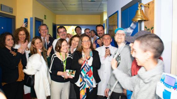 Los pacientes del Virgen del Rocío tocan por primera vez la Campana de los Sueños