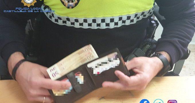 Entrega a la Policía una cartera con 200 euros que encontró en la calle