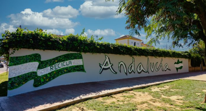 Los escolares de Gines conmemoran el Día de Andalucía con un mural de 8.000 tapones