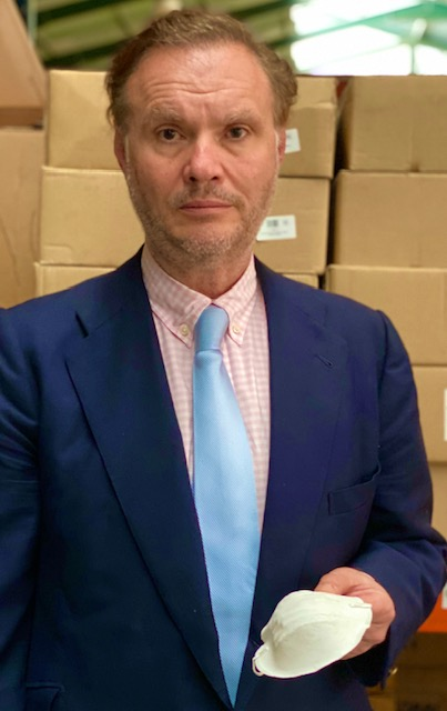 consul de Francia en Sevilla entrega mascarillas