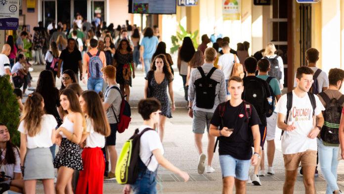 Estudiantes en el campus de la UPO.