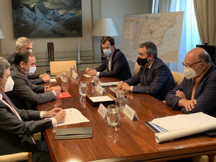 Reunión entre el ministro de Fomento, José Luis Ábalos, y el alcalde de Sevilla, Juan Espadas