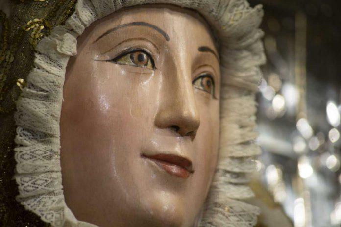 Reverencia ante la Virgen de los Reyes