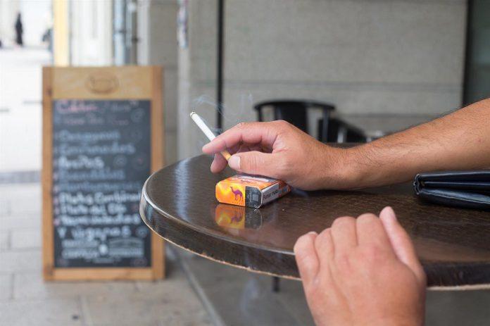 Decisión unánime: España prohíbe fumar en la calle y cierra las discotecas