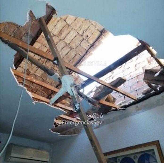 Bomberos clausura parte de la vivienda afectada por el derrumbe del techo en Triana