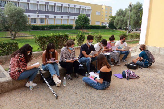 Estudiantes antes de examinarse de la selectividad en la Olavide.