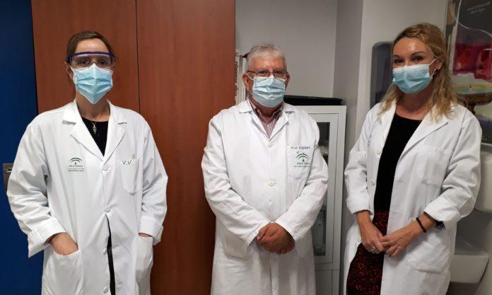 El jefe de servicio de Dermatología, Jerónimo Escudero, acompañado de las dermatólogas Amalia Pérez a la derecha y Elena Rodríguez a la izquierda en una consulta del Hospital Universitario de Valme.