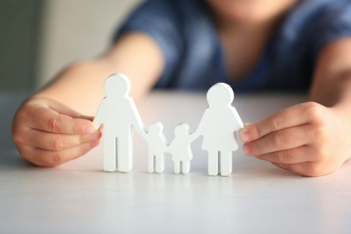 Investigadores de la US estudian los beneficios que aporta la convivencia con una familia para los niños adoptados