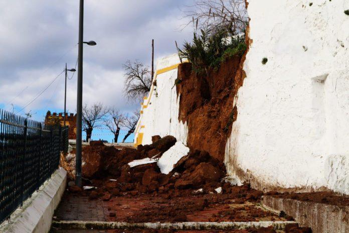 Sin daños patrimoniales el derrumbe de un muro en la calle Santa María de Alcalá por las fuertes lluvias