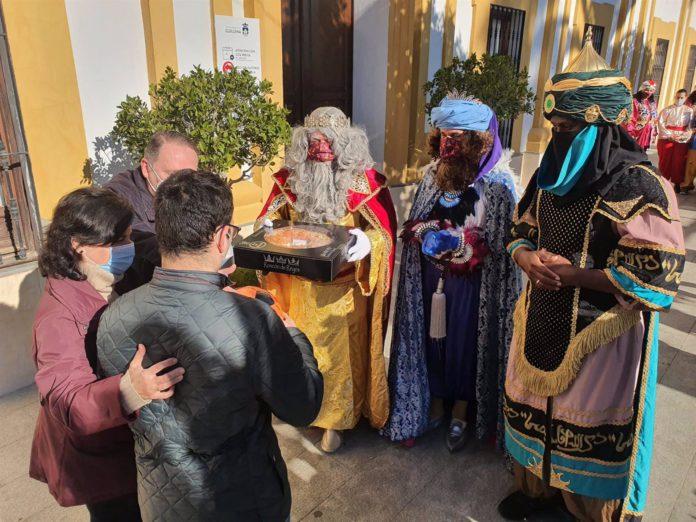 Los Reyes Magos de Guillena repartiendo roscones