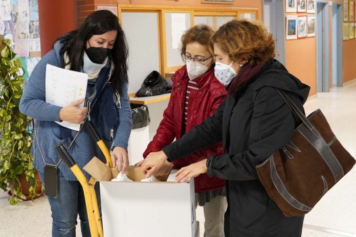 Mairena del Aljarafe reparte mascarillas y gel entre los centros educativos