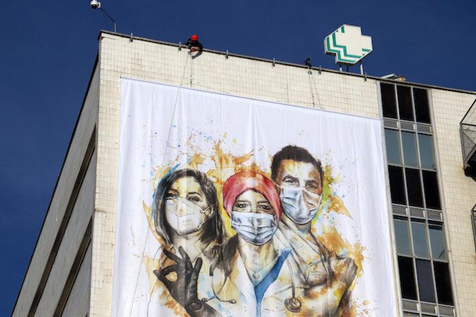 El Hospital Virgen Macarena despliega un gran cartel pictórico con un mensaje de cercanía a la sociedad