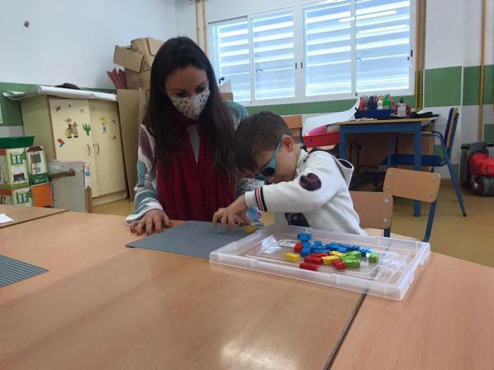 Niño con Lego Braille